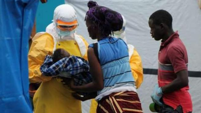 Médicos ayudando a pacientes de ébola.