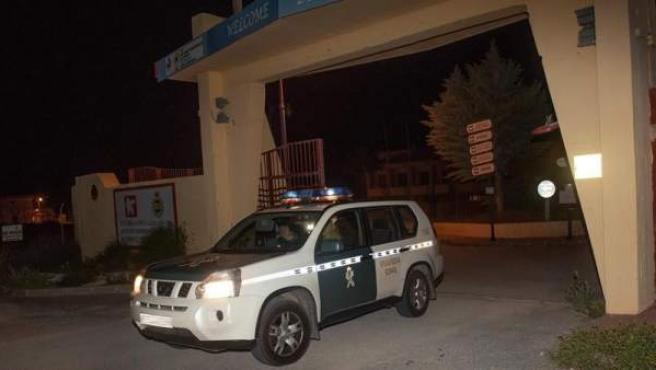 Un vehículo de la Guardia Civil sale del campo de tiro de Las Gabias, Granada.