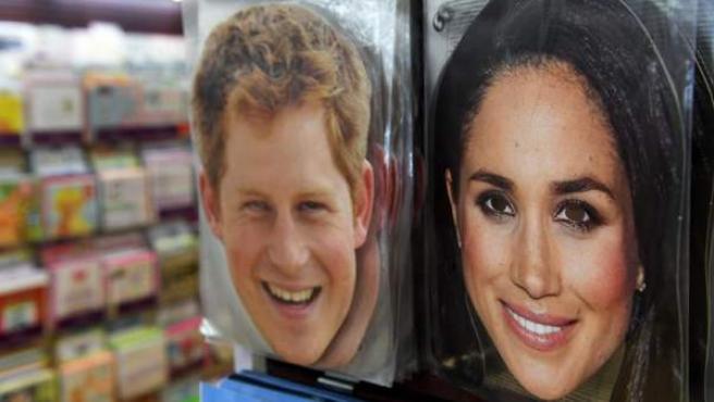 Caretas del príncipe Harry de Inglaterra y de la actriz estadounidense Meghan Markle, en venta en una tienda de Londres.