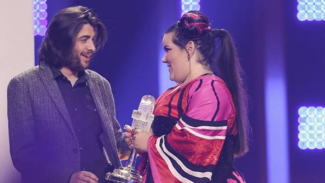 Salvador Sobral le entrega a Netta el trofeo de ganador del festival de Eurovisión.