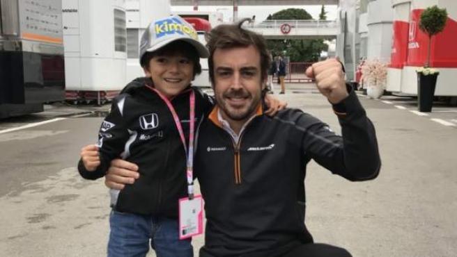 Fernando Alonso y Joaquín, el pequeño fan del asturiano en el GP de España.