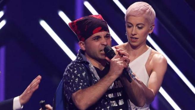 Momento en el que un espontáneo invade el escenario de Eurovisión 2018 durante la actuación de Reino Unido.