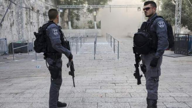 Policías fronterizos israelíes montan guardia a la entrada del Monte del Templo, en Jerusalén.