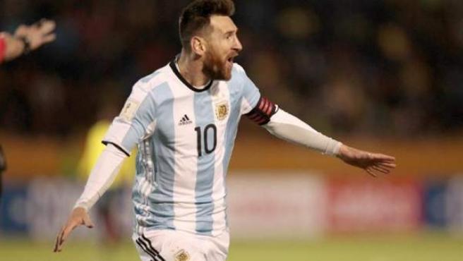 El jugador argentino Lionel Messi celebra un gol, durante el partido entre Argentina y Ecuador correspondiente a la última jornada de las eliminatorias de la Conmebol al Mundial de Rusia 2018, en el estadio Atahualpa de Quito.