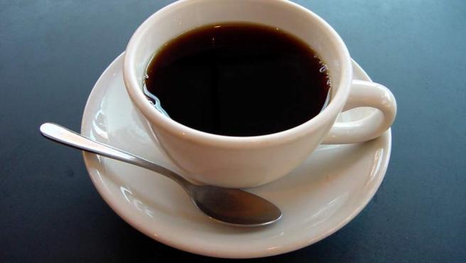 """""""Tenemos una taza de café caliente y un brick de leche fría en la nevera y la temperatura de la habitación está entre uno y otro. ¿Cuándo deberíamos añadir la leche al café para lograr lo más rápidamente posible la combinación más fría?"""""""