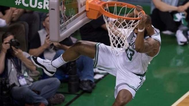 El ala-pívot Marcus Morris, de los Boston Celtics, machaca la canasta durante el primer partido de la final de la Conferencia Este de la NBA ante los Cleveland Cavaliers.