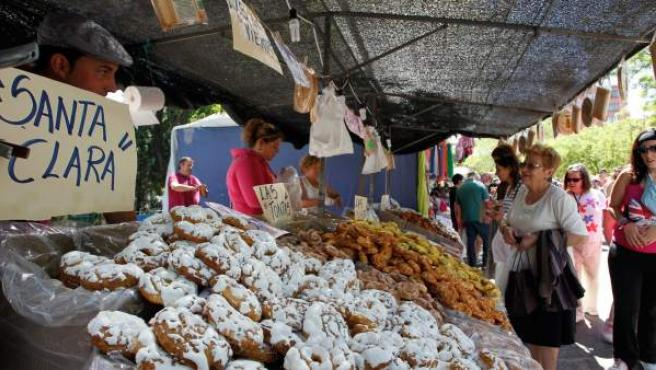 Un puesto de las tradicionales rosquillas en la pradera de Madrid con motivo de la celebración de la festividad de San Isidro, patrón de la capital.