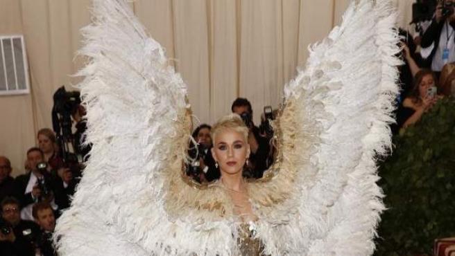 La cantante Katy Perry, con unas enormes alas emplumadas en un diseño dorado de Versace, en la alfombra roja de la Gala del MET, en Nueva York.