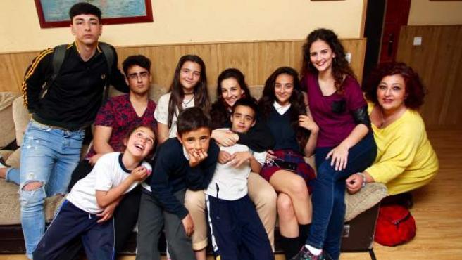 Raquel Suárez, junto a nueve de sus doce hijos, en su casa de Madrid.