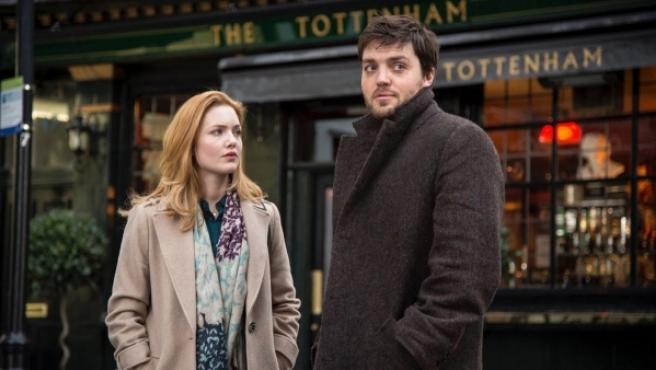 Tom Burke y Holliday Grainger, en 'Cormoran Strike', la nueva serie de HBO.