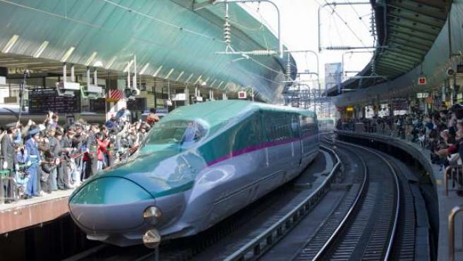 Imagen de la llegada del tren de alta velocidad Hayabusa Shinkansen a la estación de Tokio, Japón, durante su presentación.