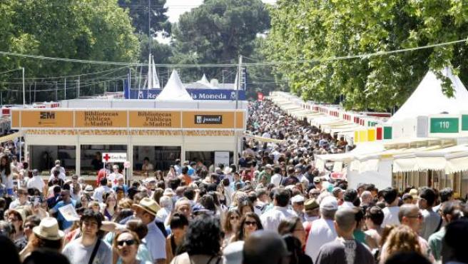 Una multitud discurre por el paseo de coches del Retiro de Madrid en la Feria del Libro.