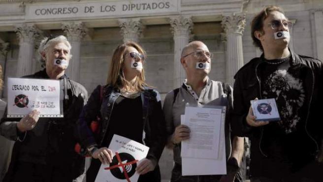 Varios manifestantes contrarios al IVA cultural del 21% frente al Congreso de los Diputados.