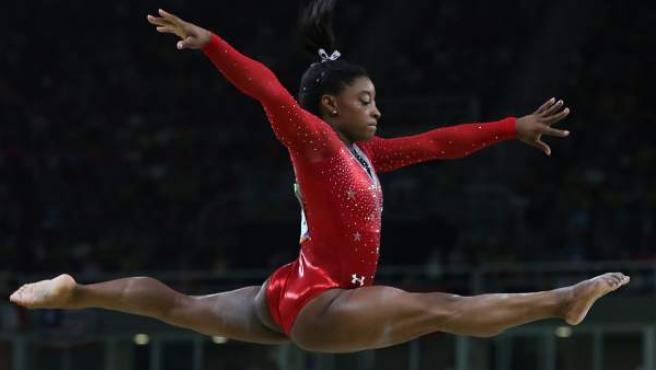 Simone Biles, de la selección de EE UU, compite en la prueba de barra de equilibrio.