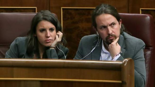 El líder de Podemos, Pablo Iglesias, junto a su portavoz parlamentaria, Irene Montero.