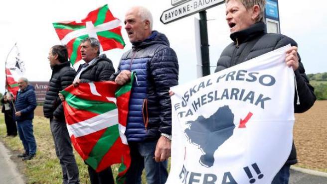 Simpatizantes de la izquierda abertzale piden la amnistía para los presos de ETA frente a Villa Arnaga de Cambo (Francia).