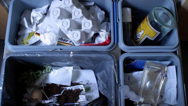 Cubo dividido en cuatro secciones para el reciclaje.