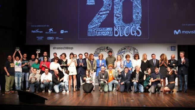 Ganadores y personalidades de los premios 20Blogs posan al final de la gala.