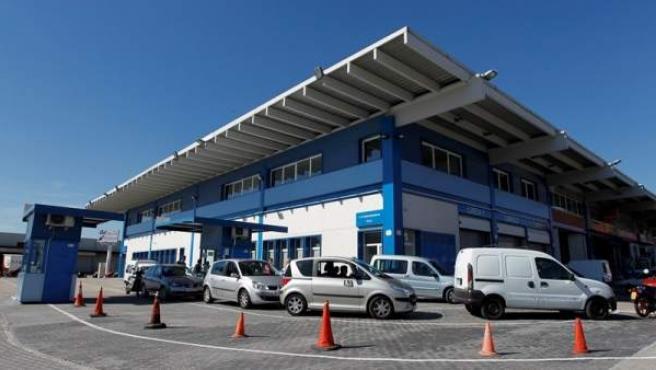 Una fila de vehículos esperando para pasar la ITV en el centro de inspección de Villaverde.