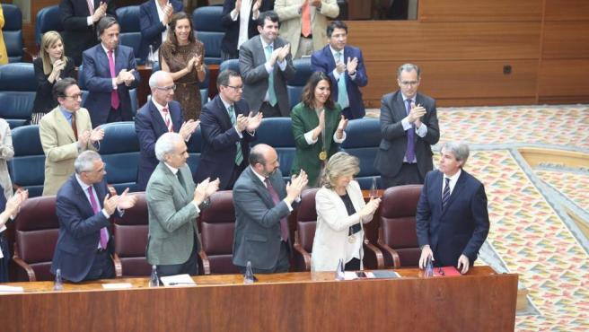 Los diputados del PP aplauden a Ángel Garrido tras su discurso de investidura.