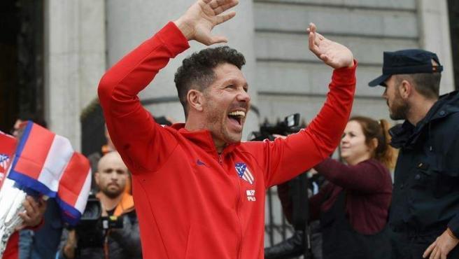 Un sonriente Simeone celebra ante la afición la consecución de la Europa League