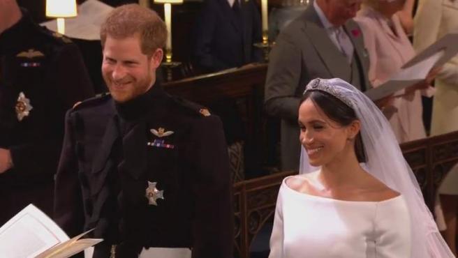 Meghan y Harry se ríen en el altar.