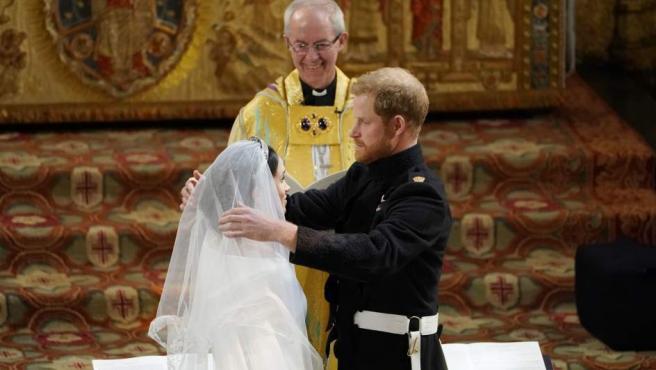 Momento en el que el príncipe Harry quita el velo de Meghan Markle.