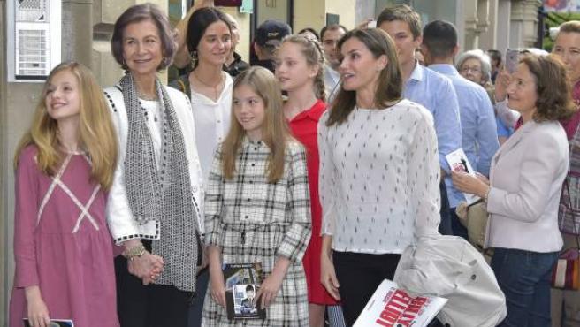 La reina emérita Sofía posa junto a la reina Letizia y sus nietas, las infantas Leonor y Sofía, Victoria Federica Marichalar e Irene Urdangarin.