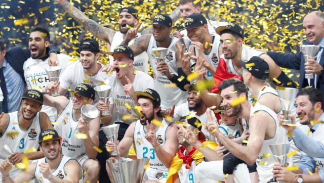 Foto de grupo del Real Madrid, campeón de la Euroliga.