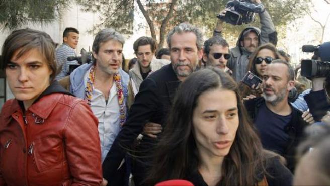 El actor Guillermo Toledo es arropado por Alberto San Juan y Juan Diego Botto entre otros actores a su salida del juzgado.