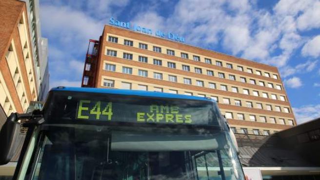 Un bus de la línea E44 del servicio AMB Exprés.