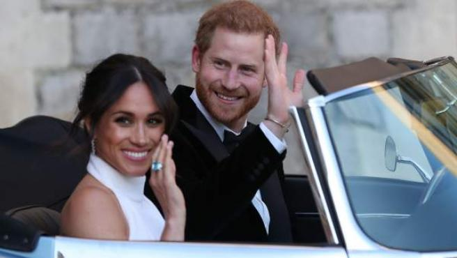 El príncipe Harry ha conducido un jaguar descapotable, acompañado de su esposa, Meghan Markle, para dirigirse a la segunda recepción de la boda real.