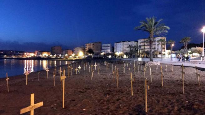Una imagen de archivo de cruces amarillas en la playa de Riells de L'Escala.