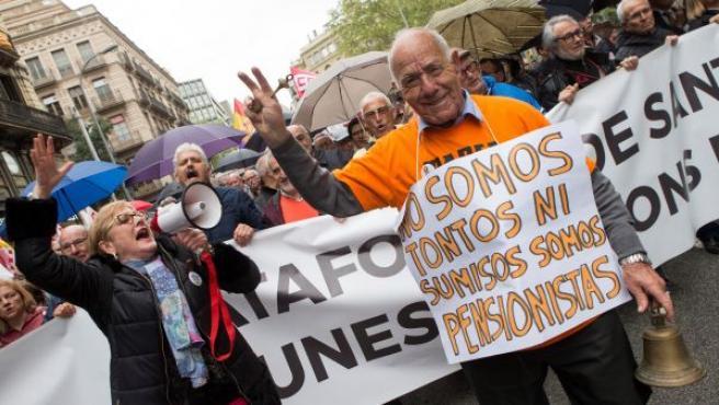 Jubilados participan en una manifestación convocada este 14 de abril en Barcelona por los sindicatos CC OO, UGT y la Plataforma Unitaria de la Gente Mayor en defensa del sistema público de pensiones.