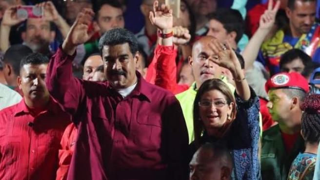 El presidente venezolano, Nicolás Maduro, y su esposa, Cilia Flores, saludan tras conocer los resultados de las elecciones presidenciales en Venezuela.