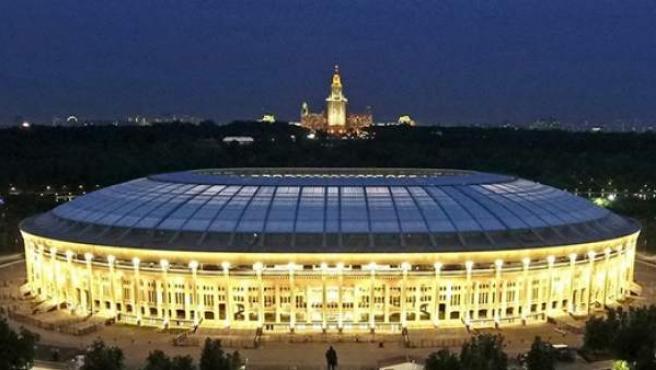 Imagen nocturna del estadio olímpico de Luzhnikí en Moscú.