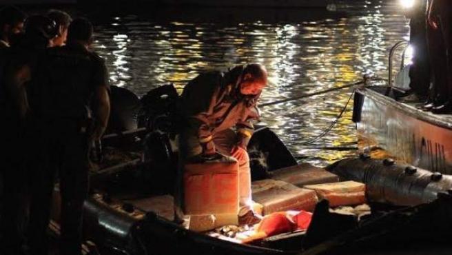 Llegada al puerto de Ceuta de una 'narcolancha' cazada por la Guardia Civil con más de 4.100 kilos de hachís.
