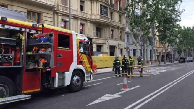 Los bomberos trabajan en el edificio de Martínez Campos.