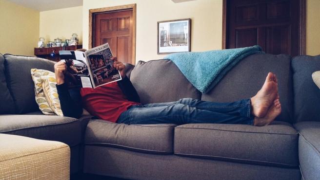 Hombre tumbado en el sofá.