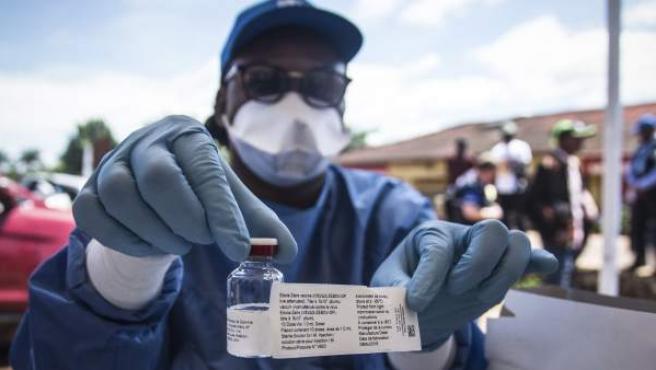 Un trabajador de la OMS muestra una vacuna contra el ébola en Mbandaka.