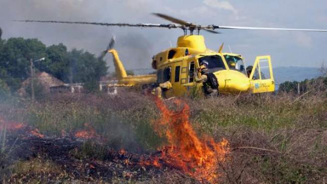 Un helicóptero junto al lugar de la explosión en Tui.