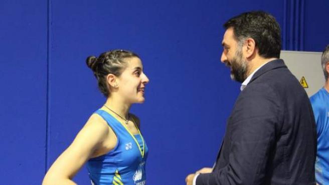 El consejero de Deporte, Francisco Javier Fernández, con Carolina Marín