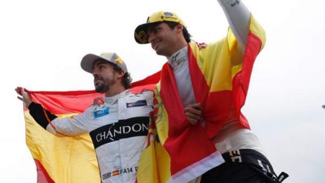Fernando Alonso y Carlos Sainz, envueltos en banderas de España en el circuito de Montmeló.