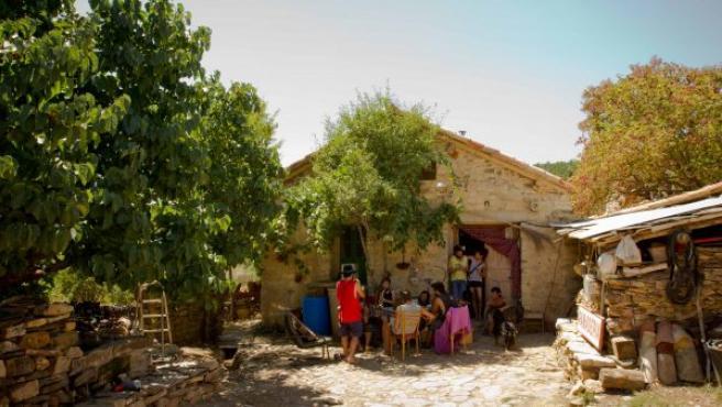 Estado en el que se encuentra Casa Cándida después de la rehabilitación, con varios de los repobladores en el patio.