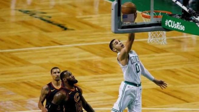 Jayson Tatum, de los Boston Celtics, entra a canasta ante George Hill y LeBron James, de los Cleveland Cavaliers.