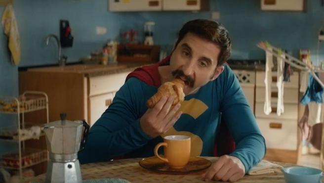 Primer tráiler de 'Superlópez' con un café con leche y un croissant