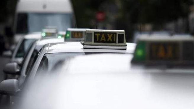 Los taxis batallan contra los operadores alternativos de transporte.