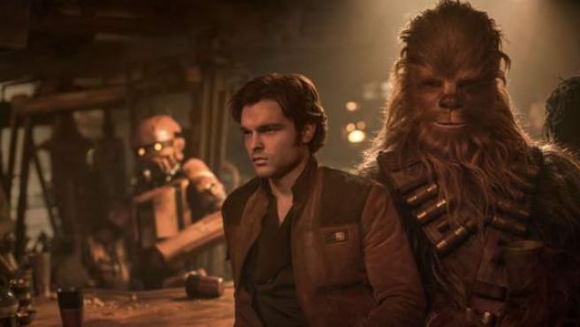 Han y Chewbacca en una escena de 'Han Solo: Una historia de Star Wars'.