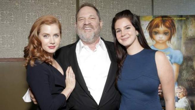 Harvey Weinstein posa entre la actriz Amy Adams y la cantante Lana del Rey en un pase privado de la película 'Big Eyes', de Tim Burton.
