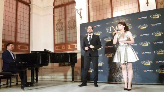 Sofía Escobar y el tenor Alain Damas durante la presentación de 'El Médico, el musical'.